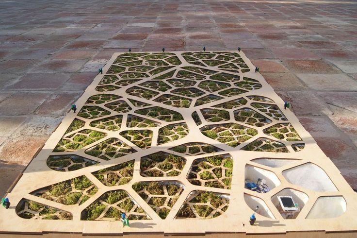 Il Pannello Bio-Fotovoltaico, progettato degli studenti dell'Iaac di Barcellona, è una batteria la cui energia che libera gli elettroni viene raccolta da batteri nel terreno.