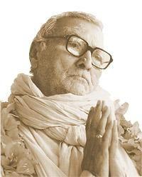 Kelet-Indiában, Navadwip város közelében a szent Gangesz folyó partján egy örökzöld, madarak dalától hangos liget közepén található egy hófehér, kilenckupolás kis templom. Itt élt tanítványaival Szvámi B. R. Srídhar (1895-1988) a híres szentéletű bölcs. Napjai lelki medidációban elmélyülve teltek, amit csak néha szakított meg, hogy meghitt tanítványai szűk körében feltárja a titkos lelki bölcseletet.