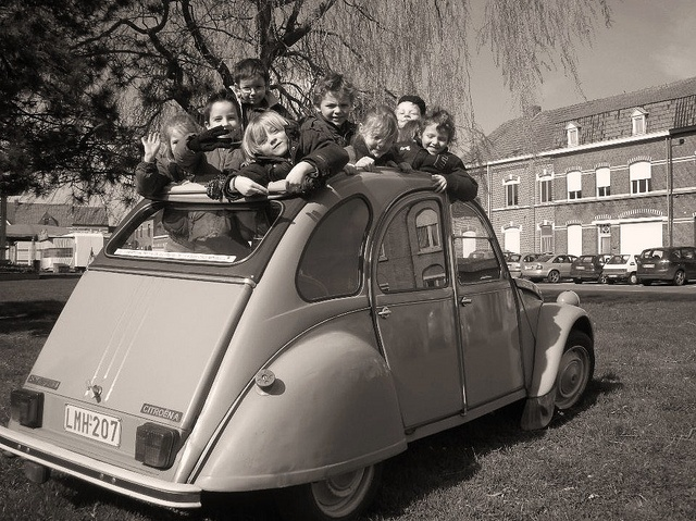 whole class in a 2cv    My 12 children in a 2cv. Pic taken on the market square of Mesen/Messines.