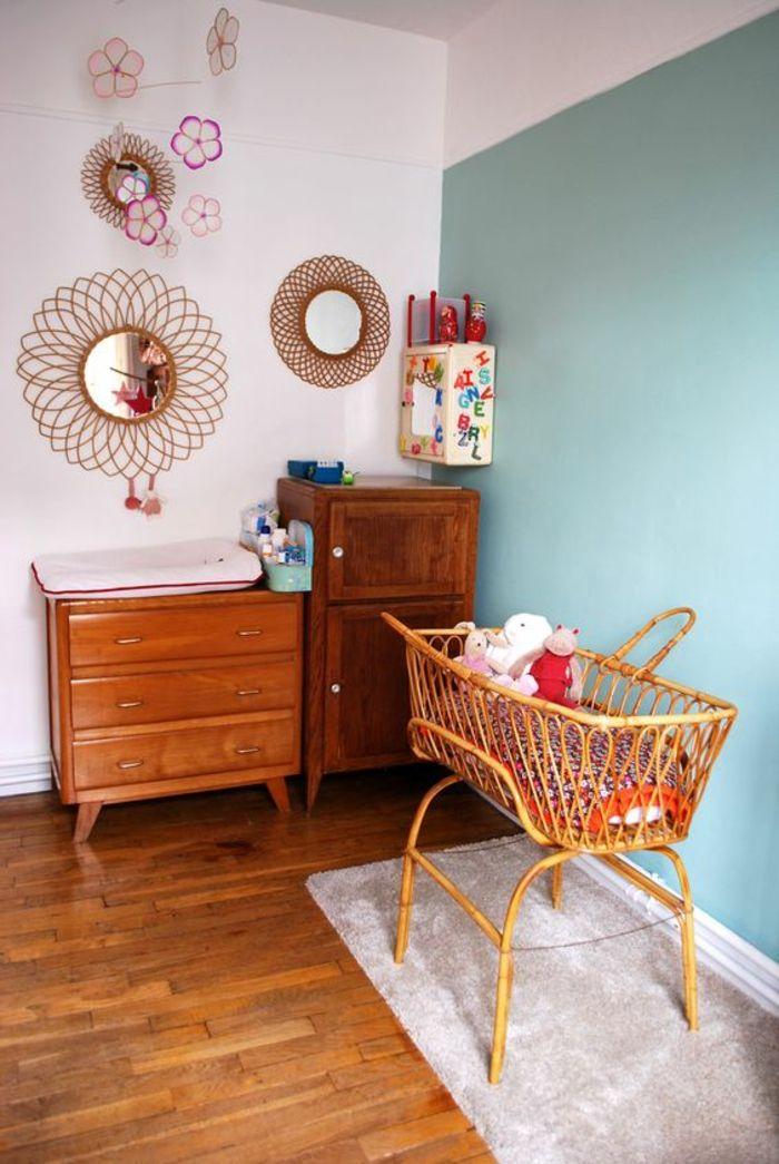 Charmant Deco Chambre Bebe Garcon Avec Un Mur En Bleu Canard Et Des Miroirs Sorcière  Sur Lu0027un Des Murs Blancs