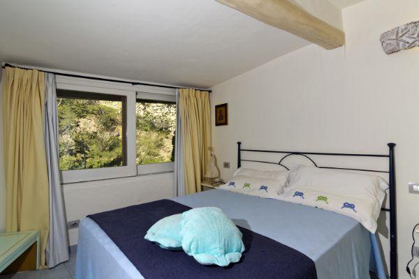 Прекрасные апартаменты в Porto Cervo.. В апартаментах: три большие спальни (две двухместные и одна трехместная), две большие ванные комнаты, гостиная с террасой, с видом на море, отдельная кухня. На чердаке можно оборудовать два спальных места для детей. В распоряжении