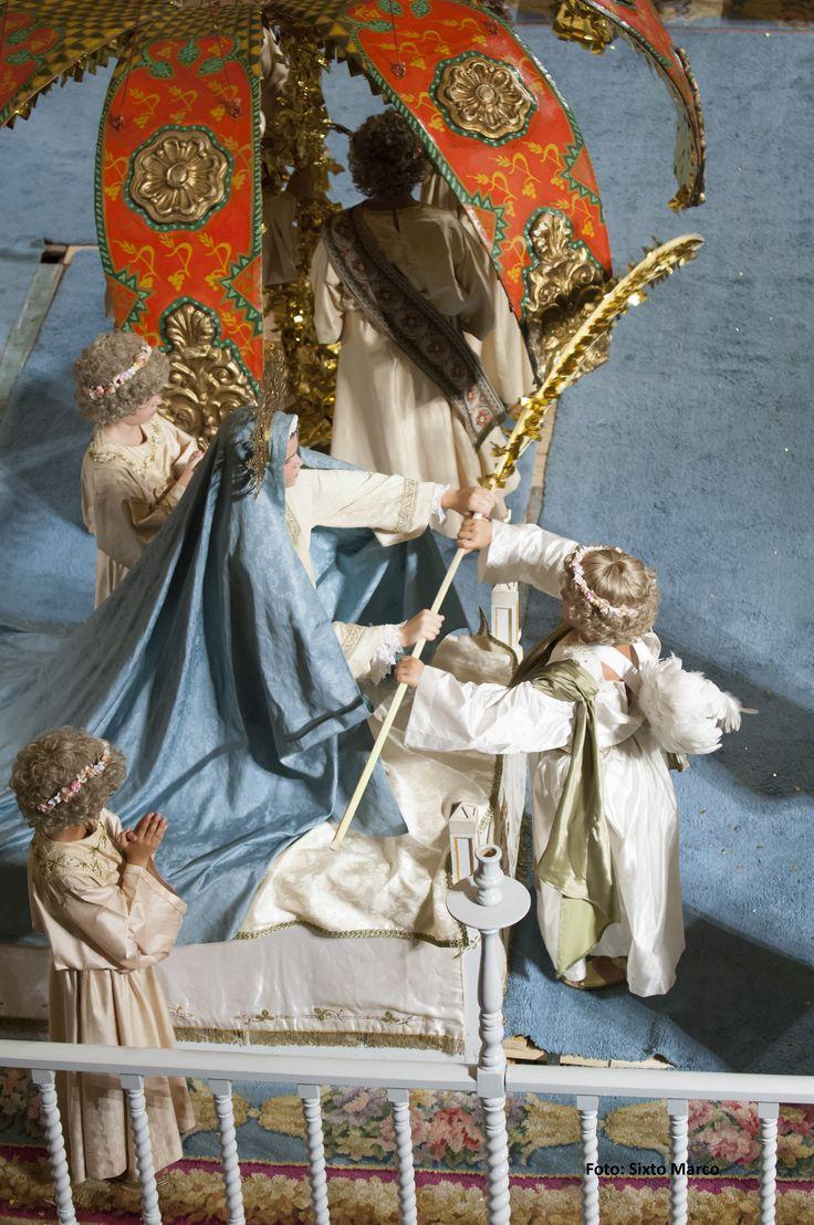 El ángel le entrega una palma dorada como símbolo de protección a la Virgen María #MisteridElx Foto: Sixto Marco
