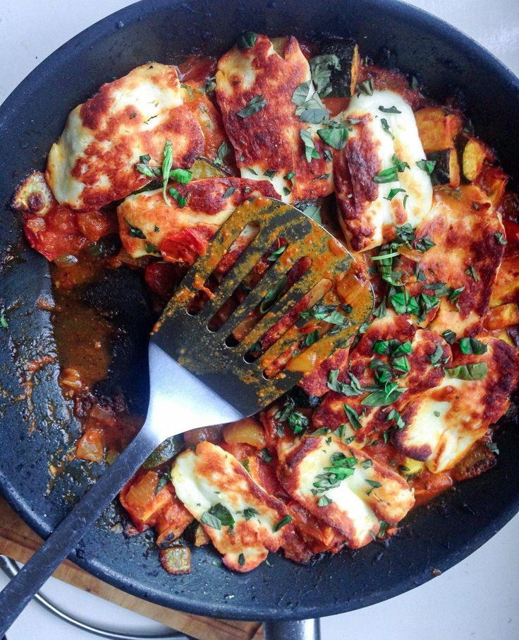 Tomato and Halloumi Bake. If Halloumi isn't available Queso para frier/ Queso Blanco could stand up to the oven. Also courgettes=Zucchini