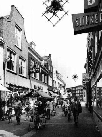 Datering tot: 1976-12-31 Beschrijving: De Hoogstraat gezien vanaf een plek bij de Havensteeg in de richting van de Koemarkt. Op de achtergrond panden aan de Rotterdamsedijk.