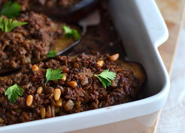 Ik ben verliefd op Ottolenghi! Ook dit recept voor gevulde aubergines met gehakt is weer een topper, al pastte ik het hier en daar wel naar smaak aan.