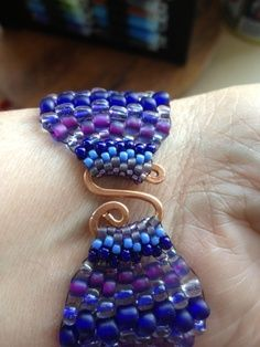 good pictures of methods to connect links in peyote? needs translating. Example of S hook for bracelet clasp make with thick wire - coil - flatten