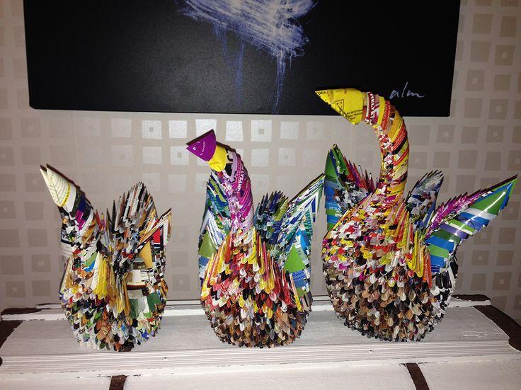 Fåglar vikta i papper från tidningar. Origami