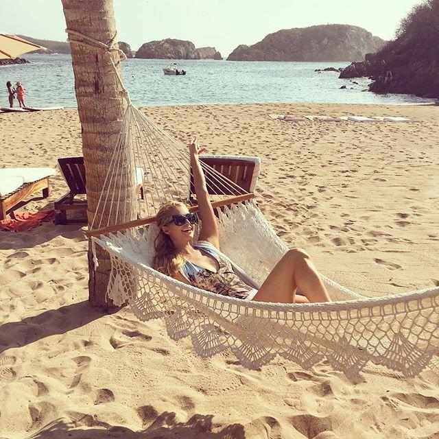 Pin for Later: Diese Promi-Fotos machen Lust auf Sommer, Sonne, Strand und Meer Paris Hilton