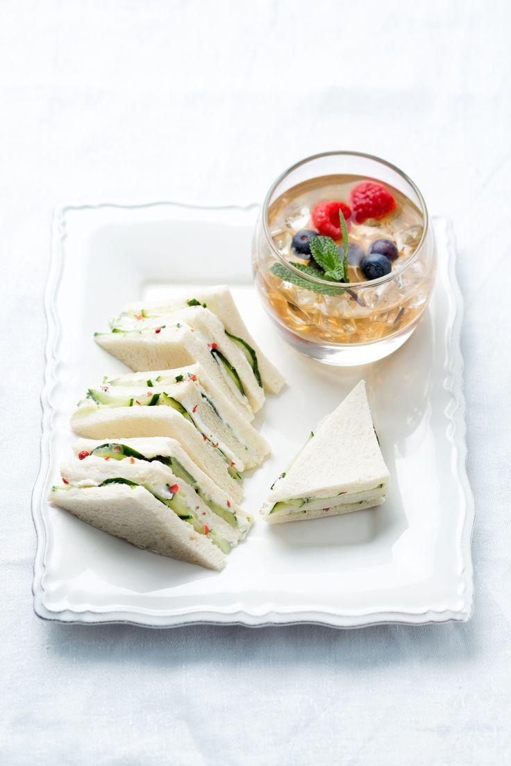 Aperitè: semplici e deliziosi tramezzini accompagnano un tè un po' speciale!  [Cheese and cucumber sandwiches with tea-cocktail]