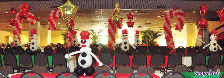 El techo se decoró con bastones hechos de globos R-12 fashion rojo y blanco formando una trenza en espiral para así llenar el espacio y aprovechar la altura del salón.