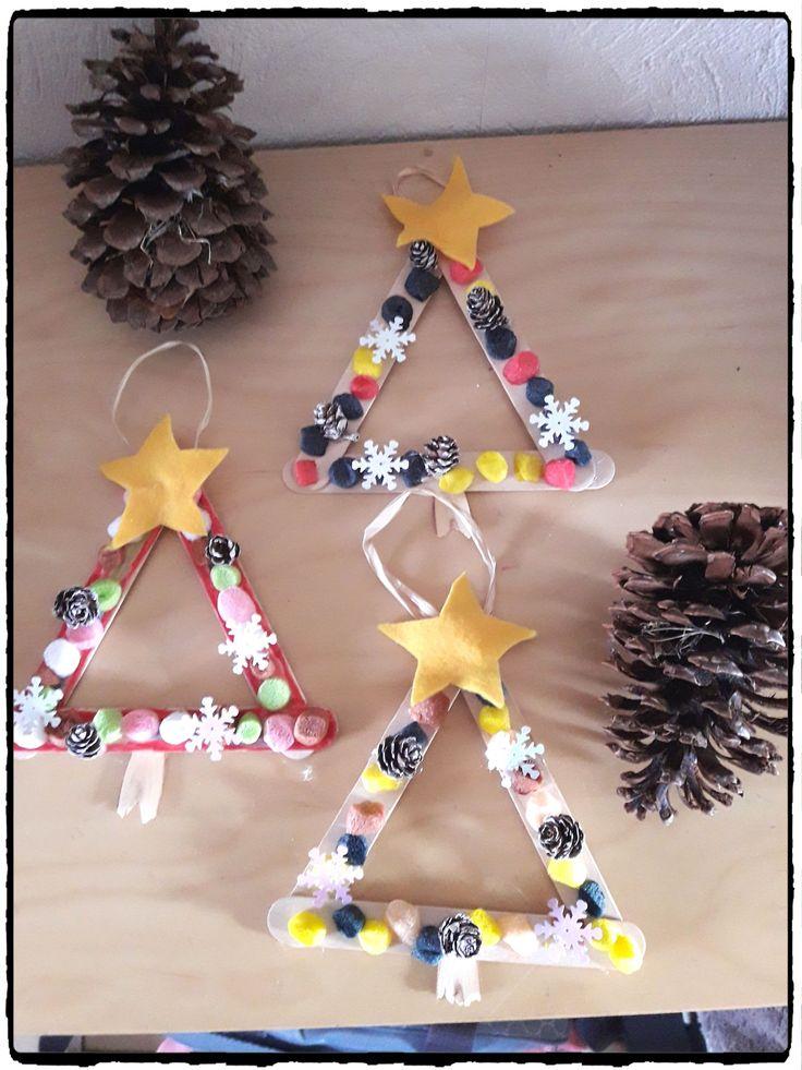 bricolage de noel, sapins de noel en batonnets en bois, décoration de noel, suspension de noel, activité enfant, sapin à accrocher