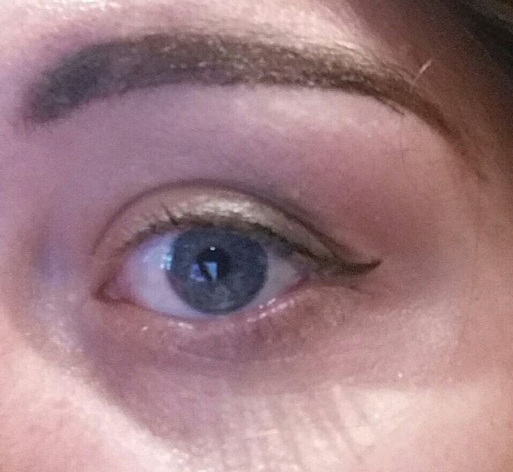 Neutral makeup and simple eyeliner. Brows on point.
