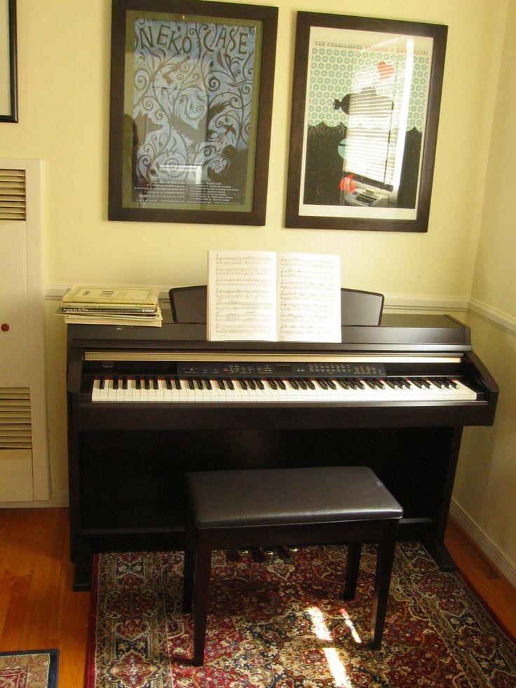 """Um piano digital, um dos modelos Clavinova da marca Yamaha. O piano digital é um instrumento musical destinado a simular os sons de instrumentos de teclas, o piano em especial. Os sons são produzidos por meio de dados guardados digitalmente numa memória. Trata-se de um piano eletrônico, a designação """"piano digital"""" é para distinguí-lo dos primeiros pianos eletrônicos que eram analógicos, e não digitais. Não deve ser confundido com piano elétrico e muito menos com teclado. Fotografia: Nancy."""