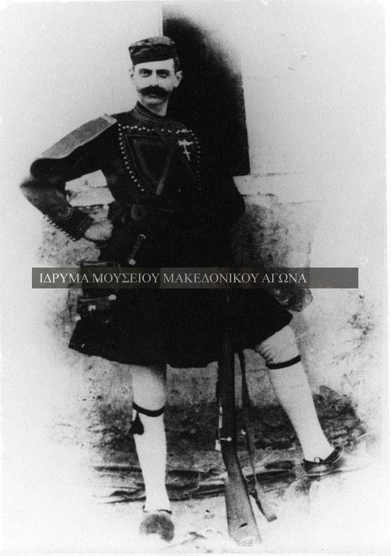 Είναι η τελευταία φωτογραφία του Παύλου Μελά, της 21ης Αυγούστου του 1904 από το Λαρισαίο φωτογράφο Γεράσιμο Δαφνόπουλο. Ο ίδιος ο Μελάς περιγράφει την ιστορία αυτής της φωτογραφίας στη σύζυγό του Ναταλία: 'Ένας φίλος μου, ο ανθυπολοχαγός Λούφας, ηθέλησε να κάμω την φωτογραφία μου. Συγκατετέθην εις τούτο. Σου στέλνω σήμερον το πρώτον αντίτυπον, αλλ' υπό τον όρον να μην ιδή το φως της ημέρας. Αν πέσω εκεί, ας είναι μία ανάμνησις εις σε και τα παιδάκια μου.'