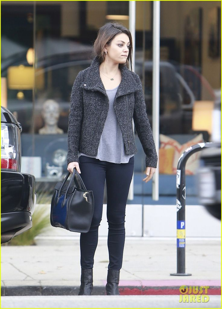 mila kunis shops amidst ashton kutchers walmart feud 11 Mila Kunis pushes her shopping cart full of groceries out of Ralph's on Wednesday (November 20) in Los Angeles.    The 30-year-old actress stopped to take a pic…