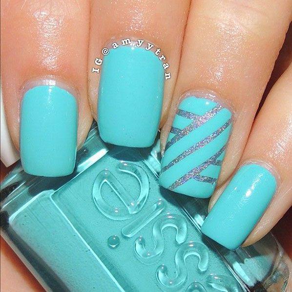 Uñas de color azul turquesa con rayas en plateado
