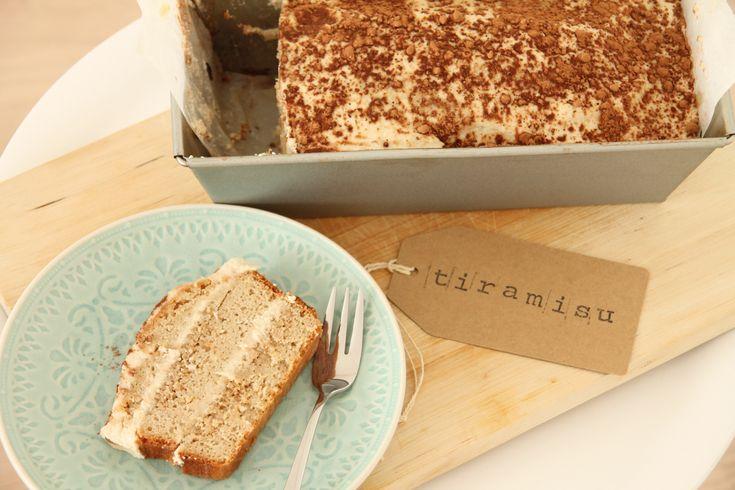 Wie kent het klassieke Italiaanse nagerecht tiramisu niet. Opgebouwd uit laagjes cake of lange vingers (gedrenkt in koffie en likeur) enmascarpone (gemengd met eigeel, opgeklopt eiwit en suiker). ...