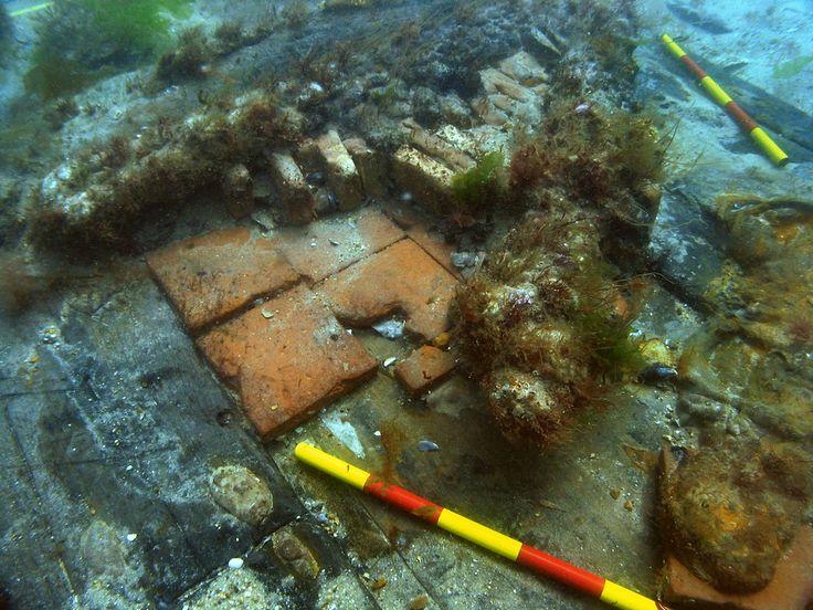 Canal Swash Destrucción designada 5 Un posible hogar unido al lado de las obras superiores. © Crown copyright, foto tomada por Wessex Archaeology