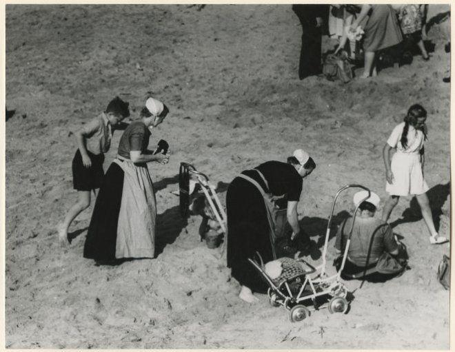 scheveningse vrouwen een dagje naar het strand scheveningen 1949