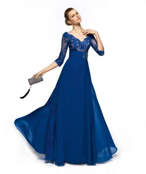 Vestido de fiesta largo en color azul rey con escote en V, cuello ilusión, mangas y encaje - Foto Pronovias