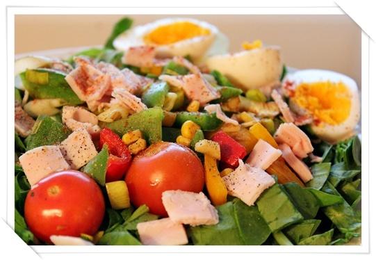 Lun spinatsalat med kalkunskinke og egg (kriweb)