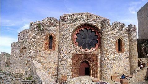 CALZADA DE CALATRAVA  A media hora de Almagro, por una carretera custodiada por molinos de viento, pastores custodiando sus ovejas y pueblos pequeños; se encuentra Calzada de Calatrava.  Esta localidad se bautizó en honor a los caballeros de la Orden de Calatrava, y en ella se encuentra el castillo de Calatrava la Nueva, construído en 1217 tras la batalla de las Navas de Toslosa; y el castillo de Salvatierra, una antigua fortaleza musulmana de origen romano.