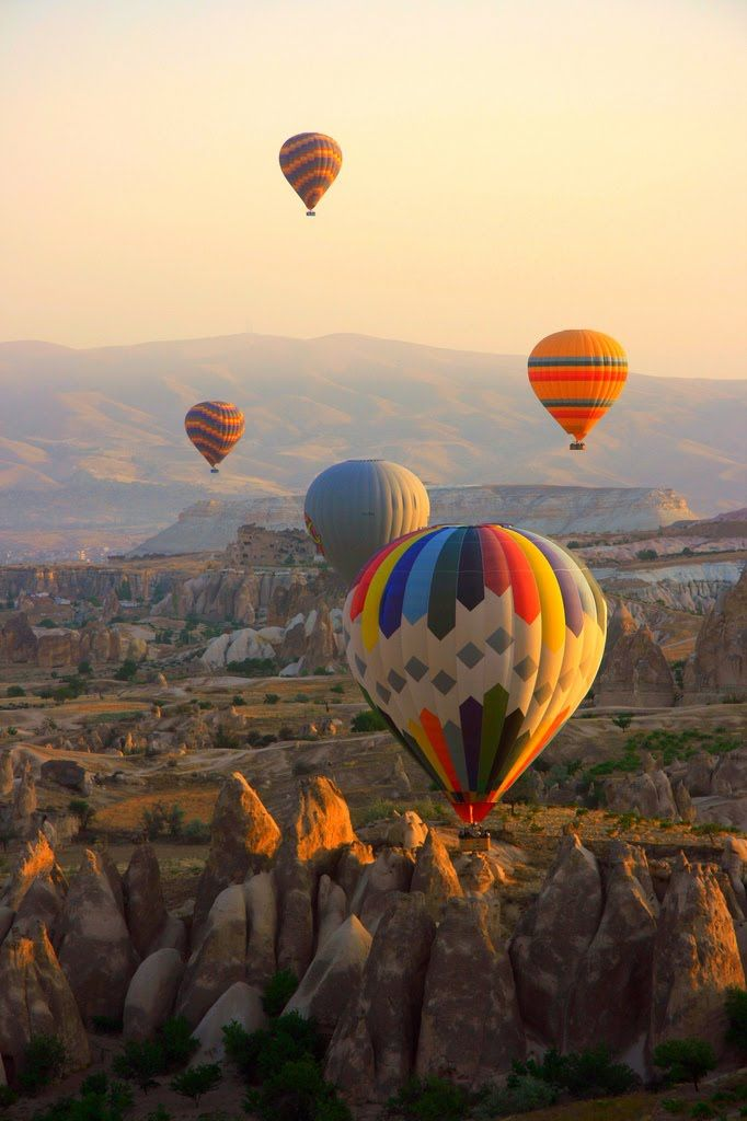 Na Capadócia, Turquia, é possível realizar o sonho de fazer um passeio de balão. Além da paisagem deslumbrante, você tem a oportunidade de viver uma aventura!