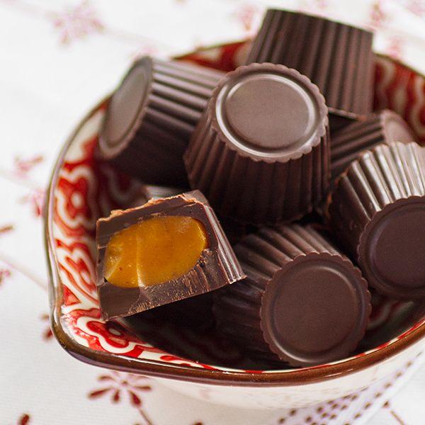 Chocolate praline with saffron toffee. (Chokladpraliner med saffranskola.)