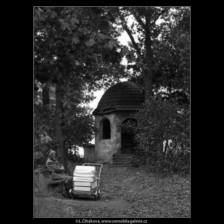 Zděný altán (1245-3) • Praha, 1962 • | černobílá fotografie, Cibulka, |Košíře, zahrada, kočárek |•|black and white photograph, Prague|
