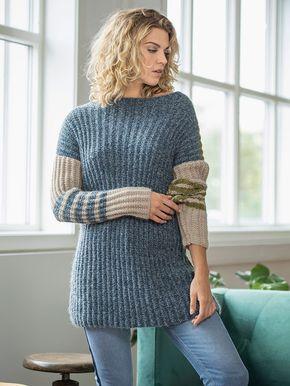 Den seje, lange sweater er strikket i halvpatent med stribemønster på ærmerne. Sweateren er strikket lige op og ned med lige hals og tilsatte ærmer. Få en strikkeopskrift her.