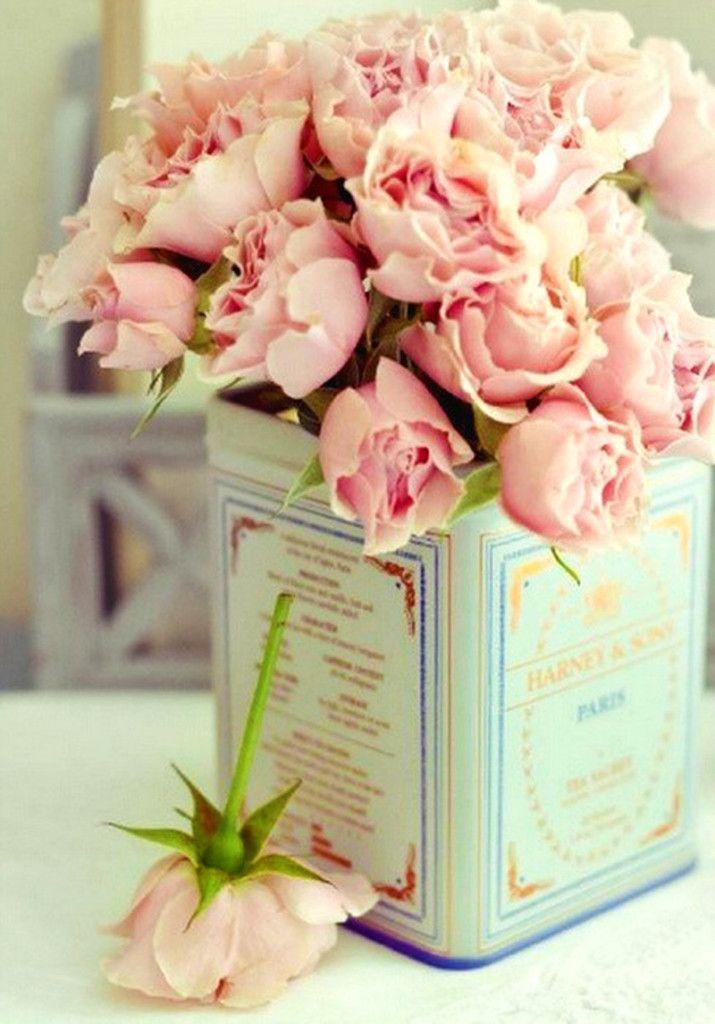 Woontrendz-roze-bloemen-in-vintage-blik