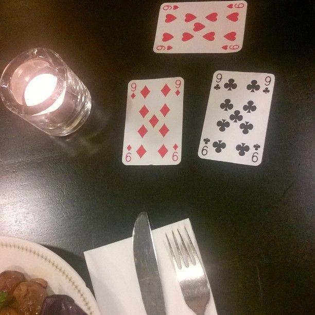 Ysin tytöt lounaalla Pompierissa tänään. Jokainen sai ottaa satunnaisen kortin pakasta... Otettiin sitten ysit  #lounaalla #työpäivä #pompier #sattumuksia