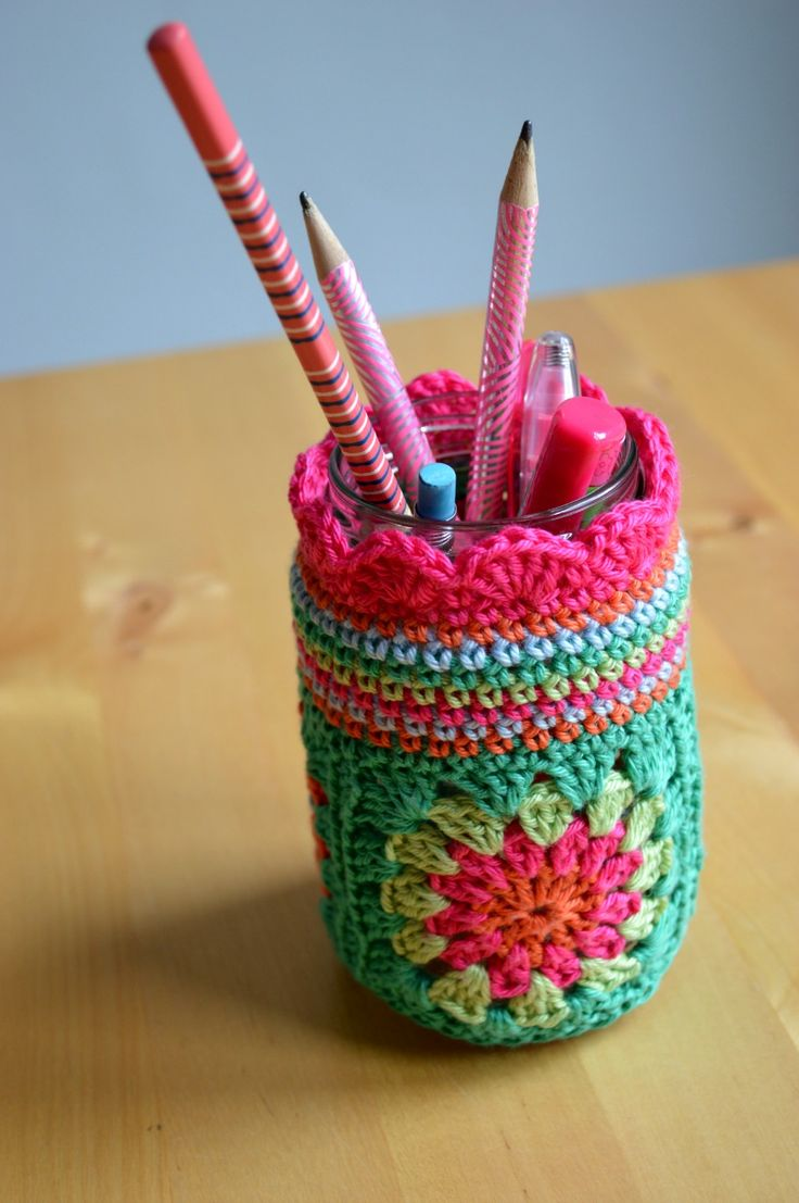 Pencil holder made by Ellebel. Using this tutorial (in Dutch) by Miekk http://bymiek.blogspot.nl/2013/04/tutorial-gehaakte-potjes.html