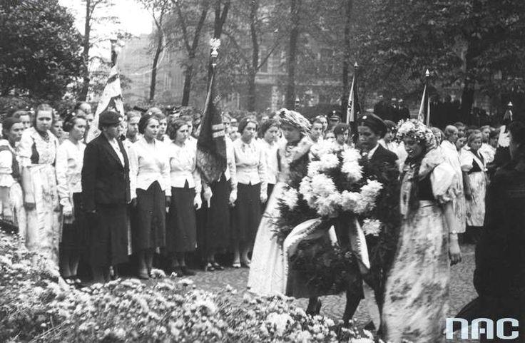 Towarzystwo Młodych Polek - X-lecie Towarzystwa podczas zjazdu w Katowicach (10 października 1937 r.). Przewodnicząca Towarzystwa Maria Tomczakówna składa wieniec na Grobie Nieznanego Powstańca Śląskiego.