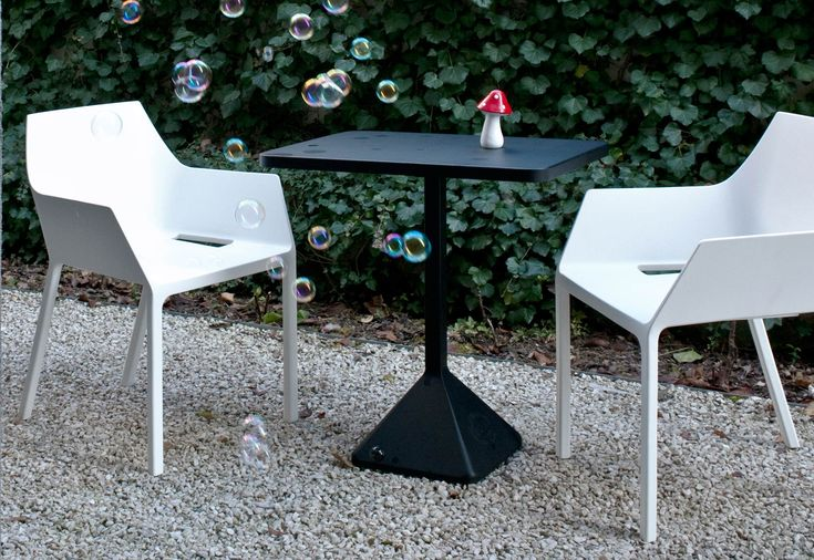 La sedia Mem di Kristalia, disegnata da Christophe Pillet è un monoscocca in polipropilene rinforzato con vetro. Ideale sia per uso interno che esterno, impilabile.