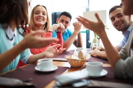 Livskvaliteten øges, og antallet af venner stiger, når mennesker med svære psykiske sygdomme går på daghøjskole. Et nyt ph.d.-studie peger på, at psykiatrien bør tage ved lære af tilgangene på de danske daghøjskoler.