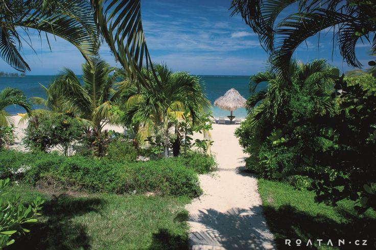 Krásná pláž s bazénem na ostrově Roatán. Kousek od Czech village.