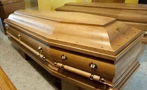 """La morta """"risorge"""" e il becchino sviene"""