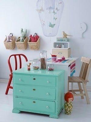 Mit einer kleinen Kommode oder einem Bücherregal kannst Du den Bastelbereich vom Spielbereich trennen.   41 schlaue Ideen, wie Du die Zimmer Deiner Kinder toll organisieren kannst