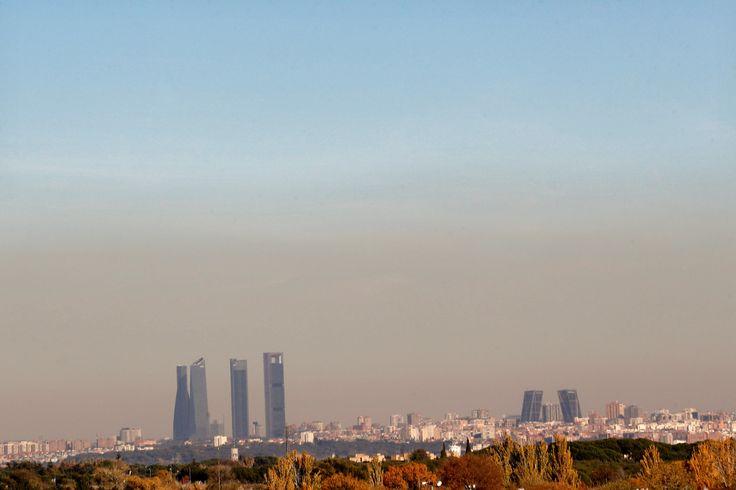 La contaminación produce al año 16.000 muertes en España. Imagen de la capa de contaminación que cubría ayer el centro de la ciudad de Madrid.