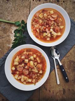 Bruine bonensoep met Zeeuws spek, heerlijke maaltijdsoep vol met groenten en bonen. Rookworst mag zeker niet ontbreken in deze soep! Recept op Cookingdom.nl via bron