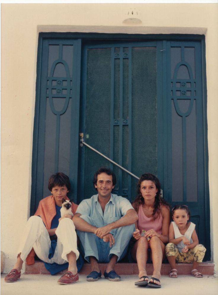 """La fotografía es de 1985, Joan Manuel Serrat, Yuta, Queco y María. Un año después, el 14 de noviembre de 1986 nació Candela, la hija de Joan Manuel Serrat; en 1992 cumplía seis años. Serrat comenta en sus páginas desordenadas que no importa dónde vaya ese acontecimiento, para él merece ser destacado, """"aunque sea con retraso"""". D.R."""