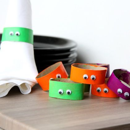 Googly Eyes Napkin Rings -- a quick and fun Halloween craft for kids. Perfect for Halloween dinner.