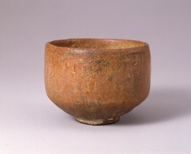 初代 長次郎(1516-1592)作 赤楽茶碗 銘「無一物」(桃山時代、口径11.2cm/高8.5cm/高台高0.7cm/同径5.0cm、重要文化財)。赤褐色軟質陶胎の短円筒形で低い高台を付す。縁は内反りに薄めの丸縁で、下方に従って肉厚となり底が部厚く、内外全面に低火度の赤楽釉をかける。黒楽茶碗「大黒」とほぼ同態の作調。素地・釉調から天正年間後期の作と認められ、長次郎赤楽茶碗の代表作。茶道史上、陶磁史上においても桃山時代における重要な作例で、松平不昧公所持の中興名物として古来著名な名碗。