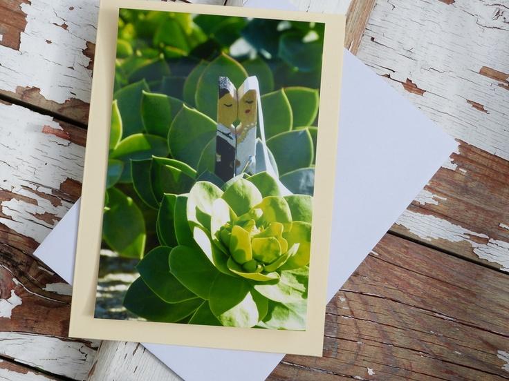 Das von mir handbemalte Glupperlhochzeitspaar hats ins Grüne verschlagen zum Fotoshooting.  Das Angebot umfasst eine cremefarbene Grußkarte mit O...