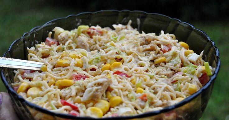 Składniki:makaron z 2 zupek chińskichfilet z kurczakapuszka kukurydzypormała kapusta pekińska2 średnie czerwone paprykimajonezsól, pieprzprzyprawa gyrosWykonanie: Makaron połamać i zalać w misce wodą. Nie musi być nią całkiem zakryty. Przykryć i ...