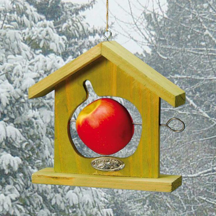 """Futterhaus """"Apfel"""" -Vögel lieben es, an einem leckeren Apfel zu naschen. Dieses schöne Futterhaus aus Holz bereitet den gefiederten Freunden diese Freude. Den Apfel einfach mit dem Spieß durchbohren - schon ist er """"servierfertig"""". Das Dach hält Schnee und Regen etwas ab."""