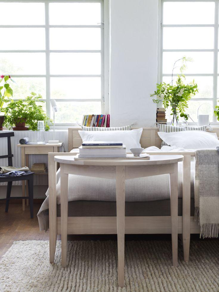 Bord halvcirkel, lakan eko bomull Himla, lampa Zlamp, litet bord med låda, mattor Färg & Form, Norrgavelpläd merinoull, Norrgavel överkast ekologisk bomull & sängram.