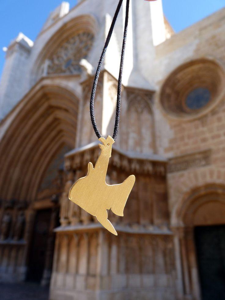 """Representació de l'Àliga de Tarragona de plata amb acabat daurat. És una de les bèsties més estimades del Seguici Popular de Santa Tecla. L'Àliga de Tarragona és la principal protagonitsa de la """"Baixada"""", una cercavila multitudinària."""