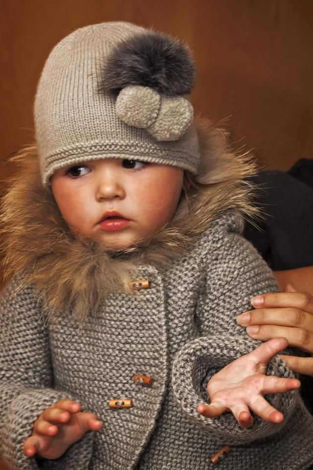 Beautiful knitted sweater and hat on a gorgeous little girl.......  She's a doll!!!  Flott bilde også!